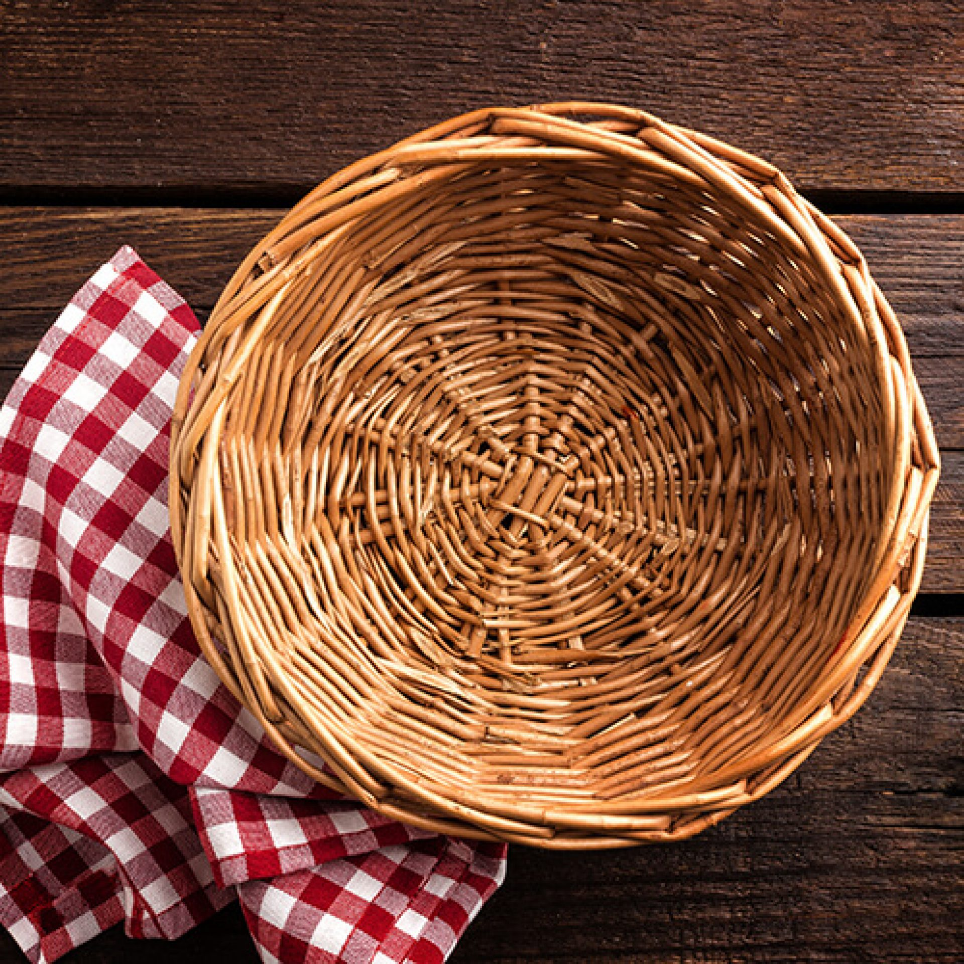 empty-wicker-basket-on-a-wooden-background-top-vie-PBVQGUZ